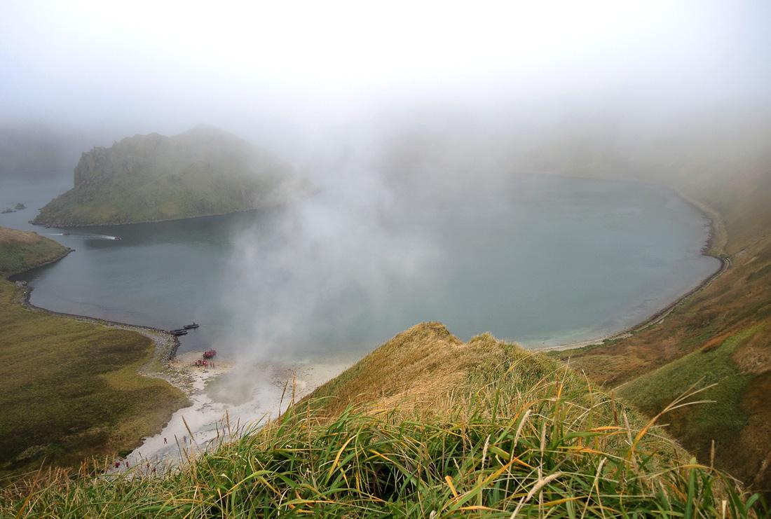 Zum Themendienst-Bericht von Ina Jahnson vom 27. Januar 2015: Auf der Insel Yankicha sprudeln heiße Quellen aus dem Boden. Vom Rand eines alten Vulkankraters sieht man die Ausmafle des Kratersees. Foto: Ina Jahnson