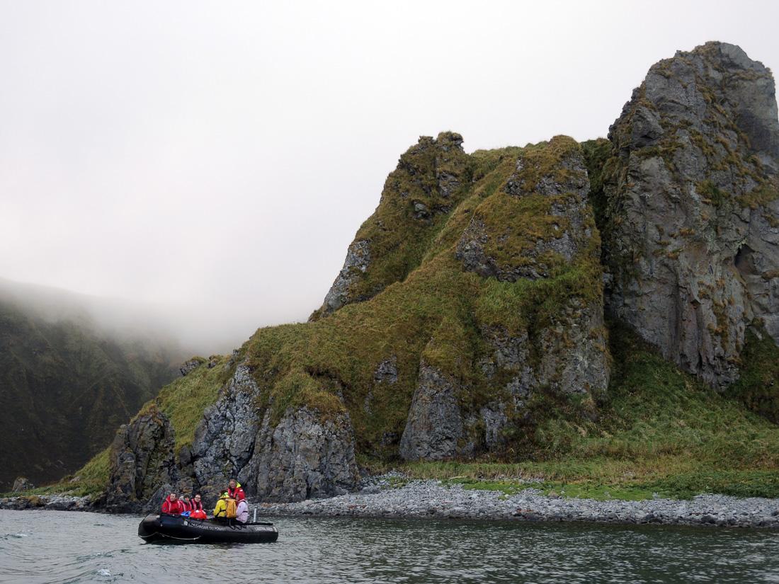 Zum Themendienst-Bericht von Ina Jahnson vom 27. Januar 2015: Vorbei an skurilen Felsformationen fahren die Touristen in Schlauchbooten zur Insel Yankicha. Foto: Ina Jahnson
