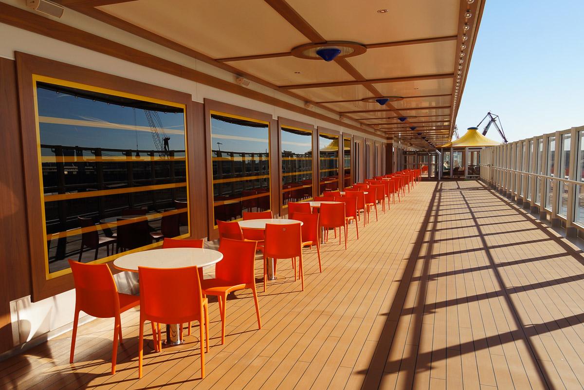 Die Promenade auf Deck fünf ist das Schmuckstück der ´Costa Diademaª: Hier sollen bald die Gäste flanieren und die Seeluft genießen. Foto: Philipp Laage/dpa