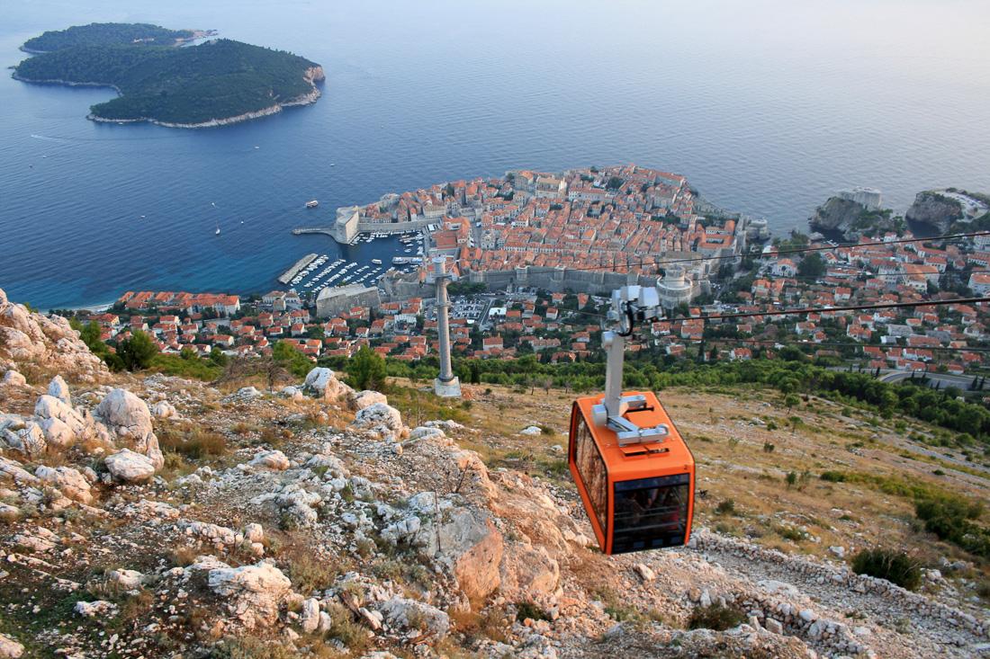 Seit einigen Monaten führt sie wieder: Die Seilbahn bringt Besucher auf Dubrovniks Hausberg Srd. Aus 400 Metern Höhe lässt sich gut erkennen, wie eng die Stadtmauern das Zentrum umschließen. Foto: Sönke Möhl/dpa/tmn