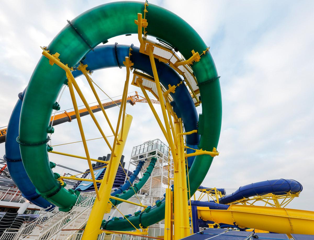 Wie die Arme einer Krake: Die ´Norwegian Escape` hat einen riesigen Aqua-Park und eine neue Tandem-Rutsche mit zwei parallelen Röhren.  Foto: Norwegian Cruise Line