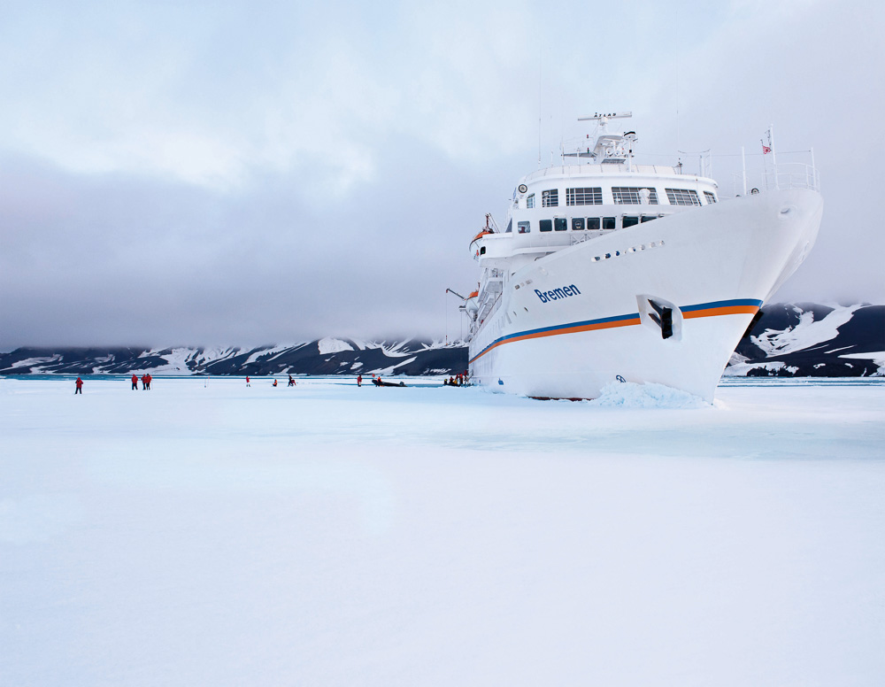 Antarktis, Expeditions-Kreuzfahrt auf MS Bremen 2011: Deception Island, Suedshetland-Inseln. MS Bremen im Eis.