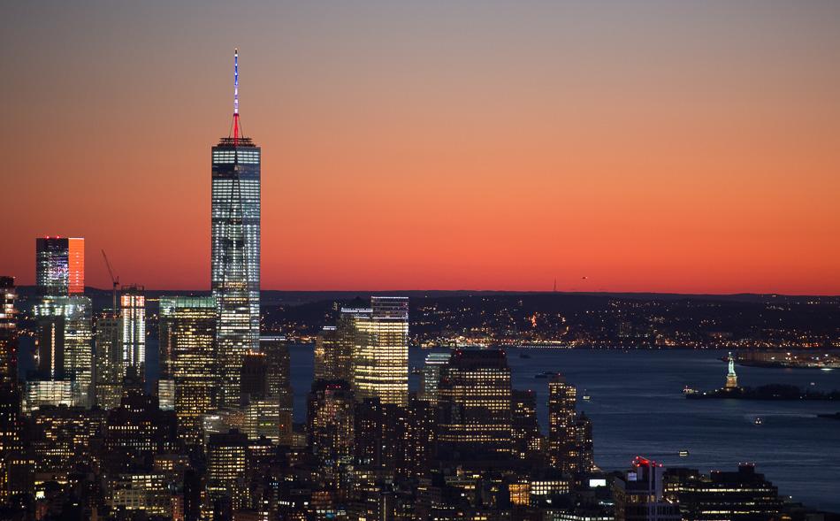Die Spitze des One World Trade Centers leuchtet in New York. Foto: Daniel Reinhardt/dpa