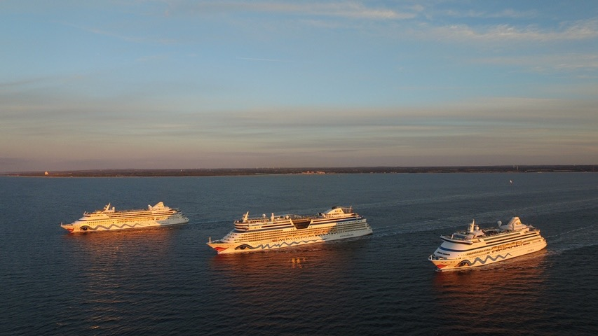 Aida-Schiffe beim Auslaufen in der Kieler Förde