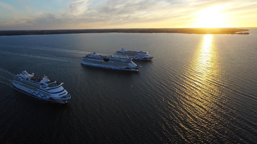 Kiel: Kussmund-Flotte verlässt läuft im Abendlicht aus