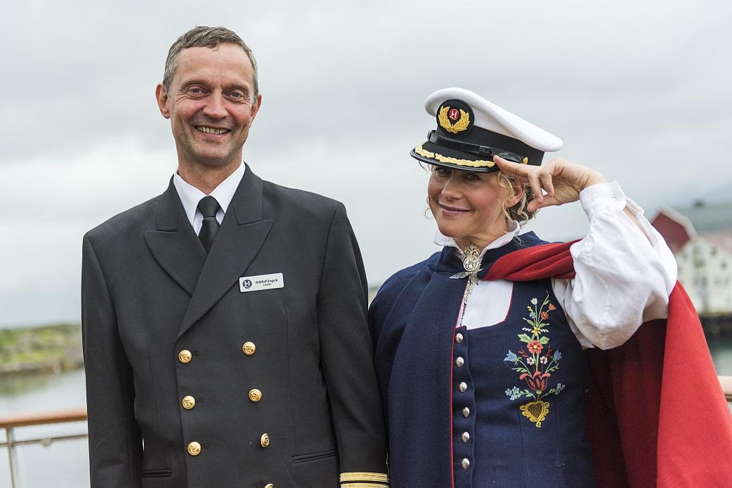 Der Kapitän der SPITSBERGEN Oddleif Engvik und die Taufpatin Cecilie Skog. Foto: Ørjan Bertelsen