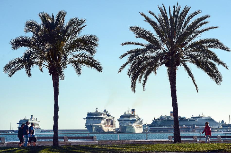 Kreuzfahrtschiffe im Hafen von Palma de Mallorca auf Mallorca (Spanien), fotografiert am 03.05.2016. Foto: Jens Kalaene/dpa | Verwendung weltweit