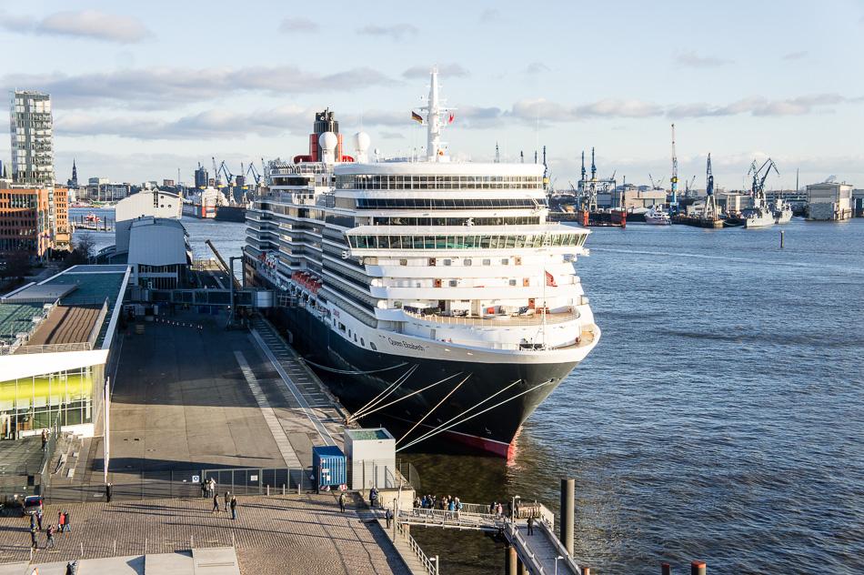 Hamburg, Kreuzfahrtterminal Altona, Queen Elizabeth der Cunard Line startet von hier aus zu ihrer Welteise.