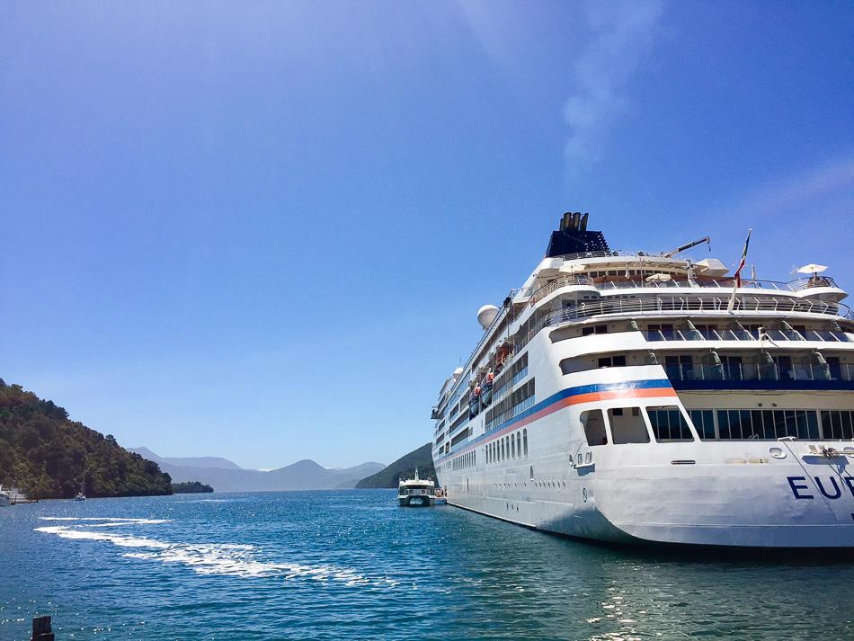 Unterwegs mit MS EUROPA vor der Küste Neuseelands. Ein Reisebericht von MORE THAN CRUISES.