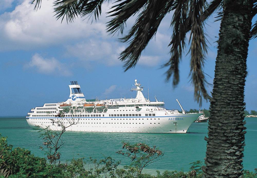 """Das Kreuzfahrtschiff des Bremer Reiseveranstalters Transocean Tours MS """"Astoria"""" liegt im türkisfarbenen Wasser der Karibik vor Anker. Foto: Transocean Tours dpa/lni"""