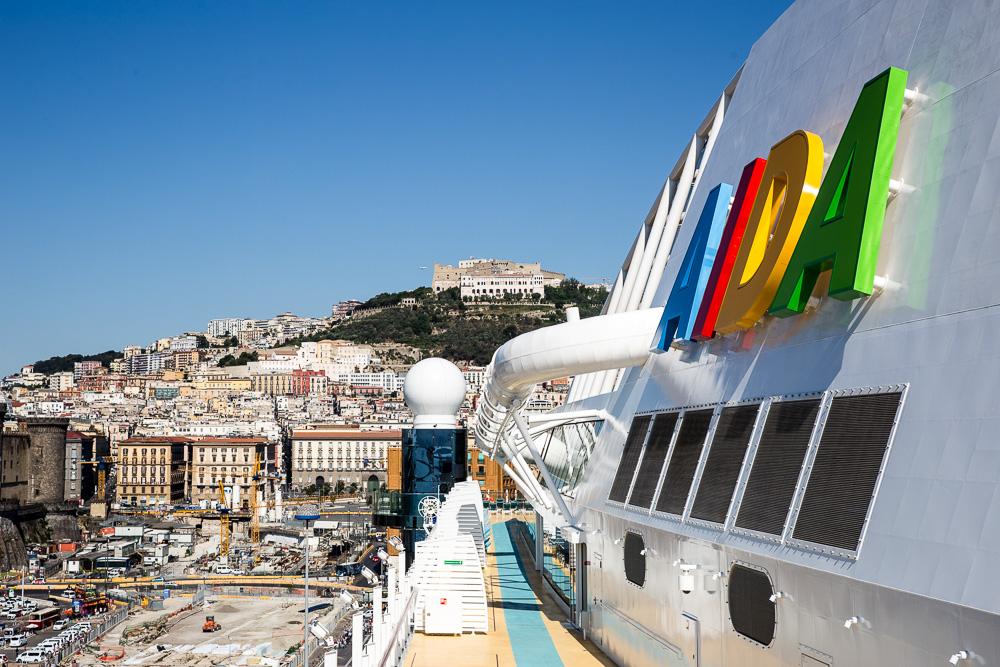 Die AIDA PERLA im Hafen von Neapel
