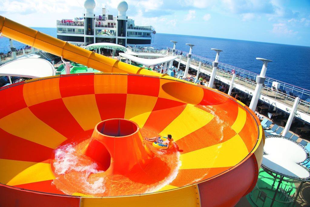 Rutschen-Highlight auf der NORWEGIAN EPIC: In der «Epic Plunge» geht es mit Schwimmreifen in ein Strudelbecken.  Foto: Norwegian Cruise Line/dpa