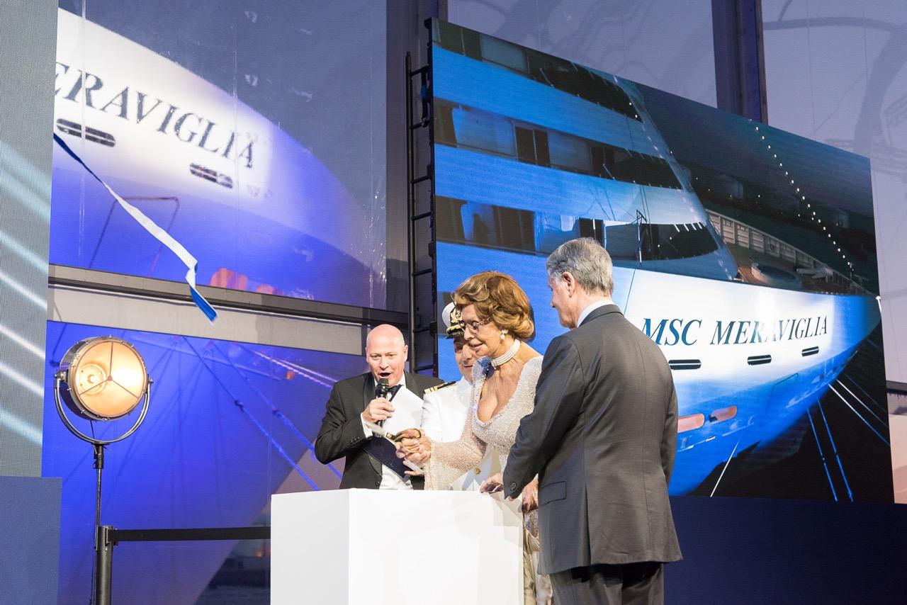 Schauspielerin Sophia Loren zerschneidet das Band Foto: MSC Cruises