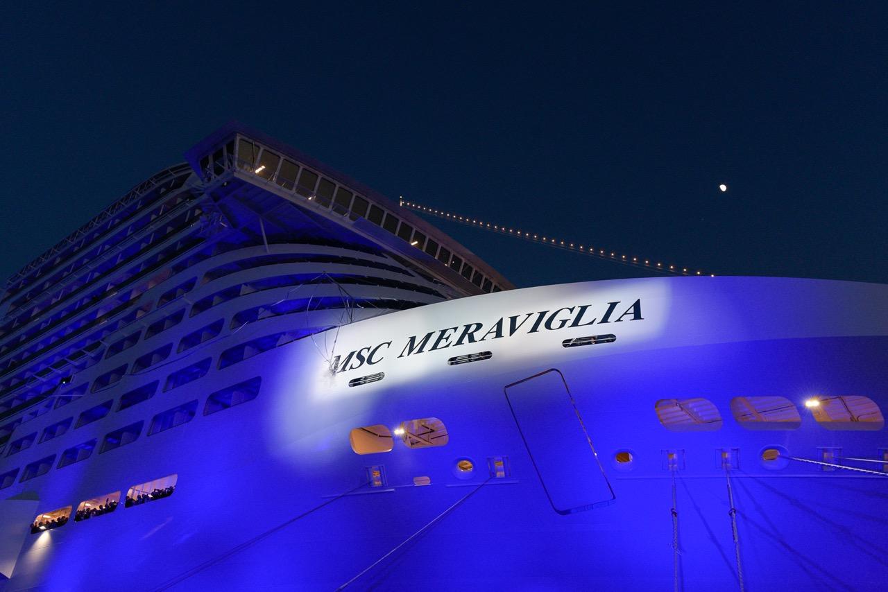 Die Champagnerflasche zerschellt an der Bordwand Foto: MSC Cruises