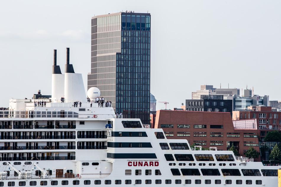Queen Mary 2 von Cunard Line fährt ins Dock 17 von Blohm+Voss. Sie wird remasterd. #qm2remastered