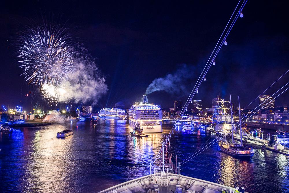 Die Auslaufparade der Schiffe wird von fulminanten Feuerwerken begleitet
