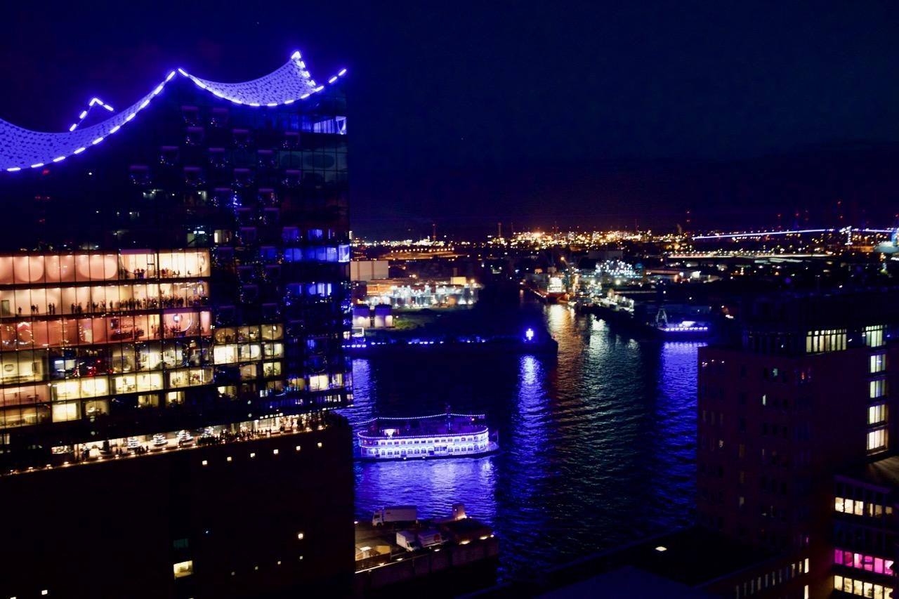 Elbphilharmonie in Blau, Blue Port Hamburg, ©MORE THAN CRUISES