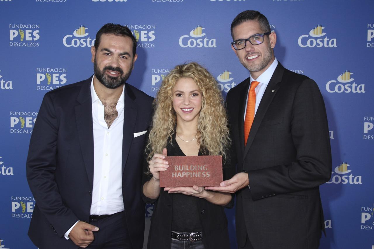 Shakira übernimmt den Grundstein für ihr Schba (r) Präsenident von Costa Crociere und Luca Casaura_Costa Crociere Senior Vice President Global Startegic Marketing (l)