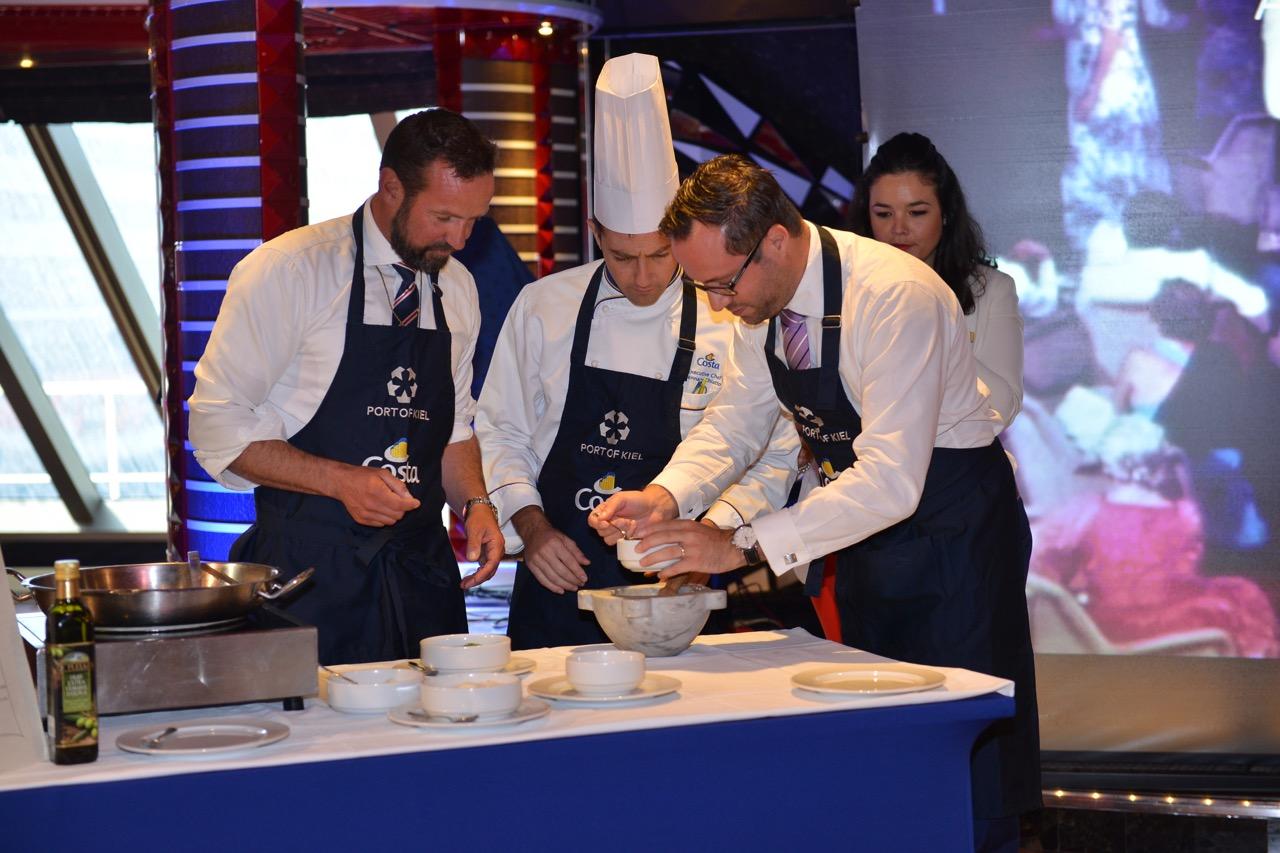 40-jahre-costa-kreuzfahrten-im-seehafen-kiel_pesto-workshop_v-l-dr-dirk-claus-ceo-seehafen-kiel-executive-chef-gennaro-chiatto-hardy-puls-country-manager-costa-deutschland